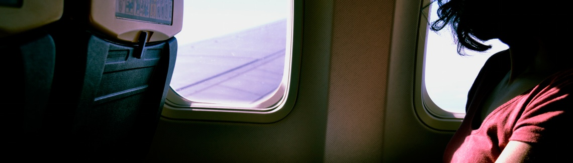 Passagier in vliegtuig