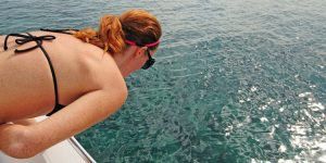 Vrouw ziek op zee