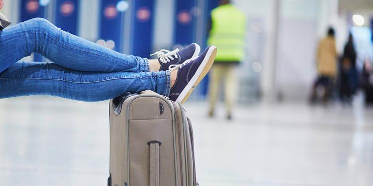 Voeten op de handbagagekoffer