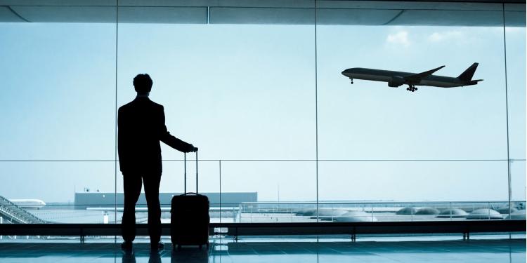Zakenreis: zakenreiziger ziet vliegtuig