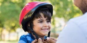 Fietshelm op het hoofd biedt kind bescherming