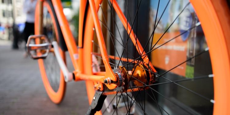 Oranje fiets tijdens Koningsdag