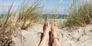 Vakantie in eigen land; heerlijk met de blote voeten in de duinen liggen.