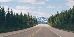Prachtig uitzicht op de bergen vanuit de auto op een kalme weg