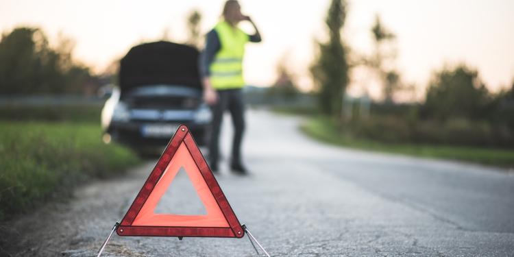 Onmisbare producten voor in de auto: een veligheidshesje en een gevarendriehoek