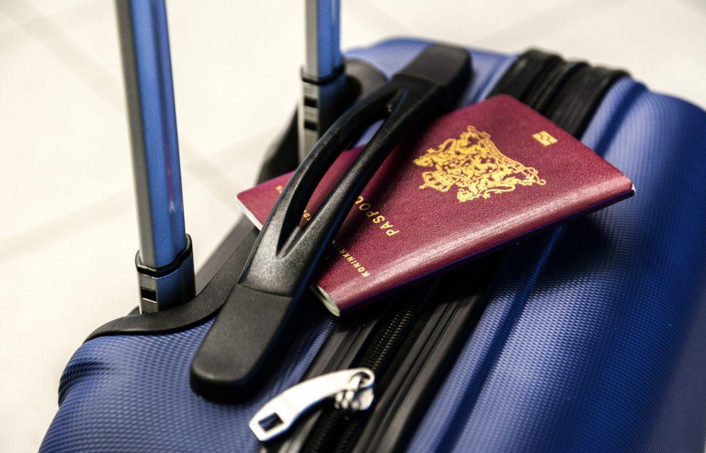 Paspoort en koffer