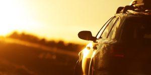 Last van laagstaande zon tijdens het autorijden