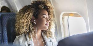 Slapen in het vliegtuig met rustgevende muziek