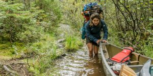 Allagash wildernis: Zoë duwt kano door portage